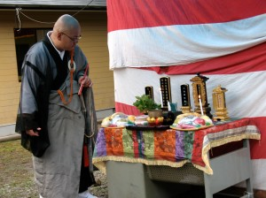 The monk is reading the names on the tablets of the five deceased people in our neighborhood. It took him about five minutes to confirm the correct readings of the kanji so he could include them in his prayers.